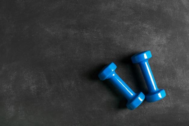 Sport concept. halters op de zwarte achtergrond Premium Foto