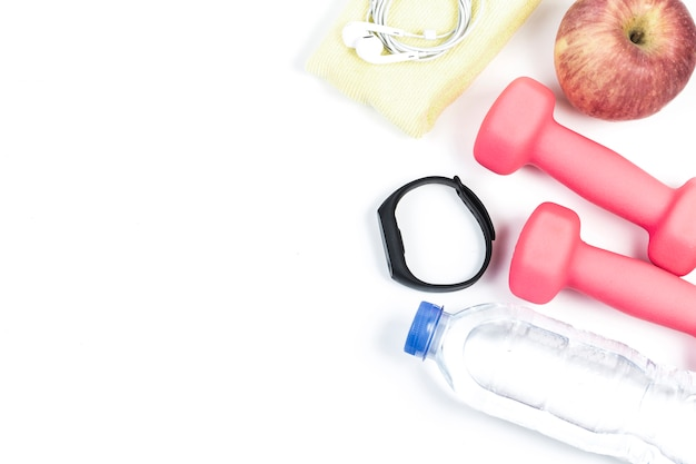 Sport, gezonde levensstijl en objecten concept - close-up van domoren, fitness tracker, oortelefoons en water fles op witte achtergrond Gratis Foto