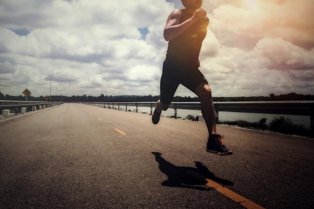 Sport man met loper op straat lopen voor oefening Gratis Foto