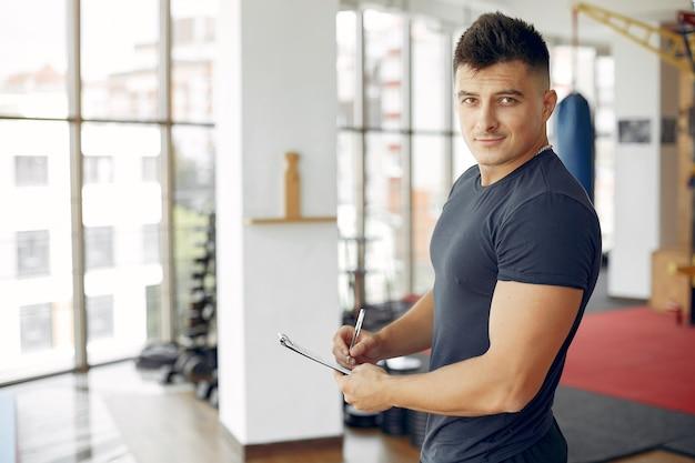 Sport man tijd doorbrengen in een ochtend sportschool Gratis Foto