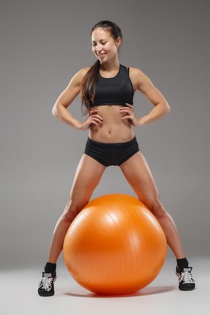 Sport meisje doet oefeningen op een fitball Gratis Foto