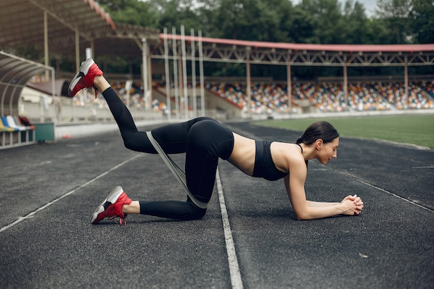Sport meisje training in het stadion Gratis Foto