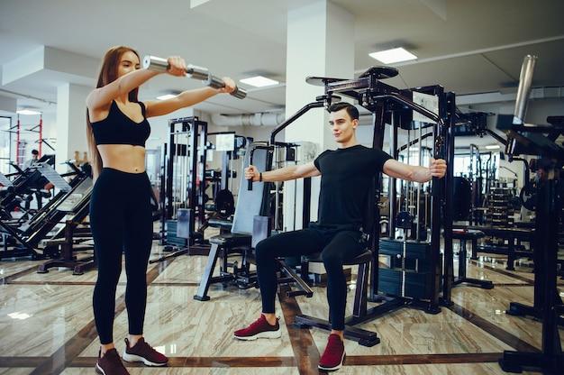 Sport paar in een ochtend sportschool Gratis Foto