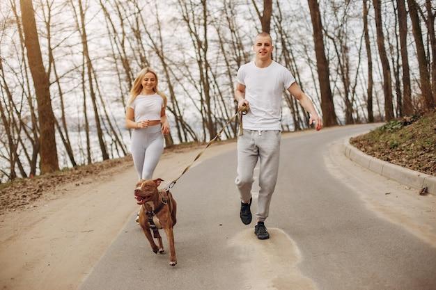 Sport paar in een zomer park Gratis Foto