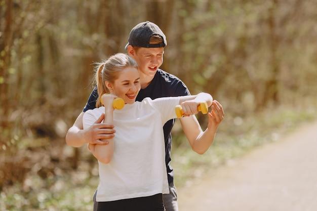 Sport paar training in een zomer forest Gratis Foto