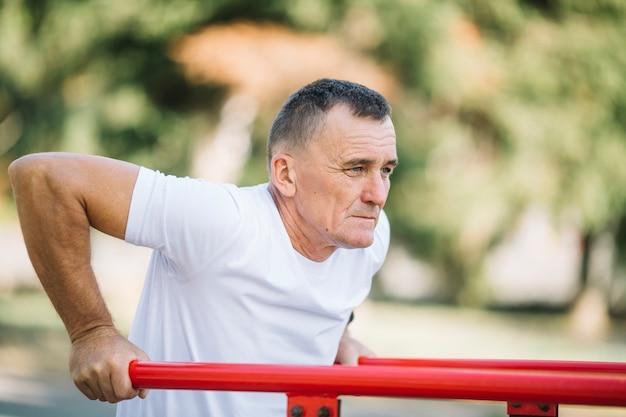 Sportieve senior uit te werken Gratis Foto