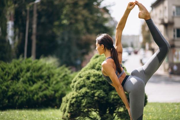 Sportieve vrouw die in park uitoefent Gratis Foto