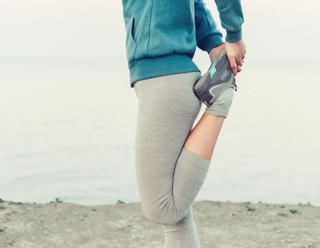 Sportieve vrouw die voorbereidingen treft te lopen Premium Foto