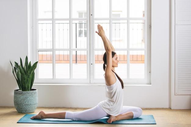 Sportieve vrouw opleiding thuis Premium Foto