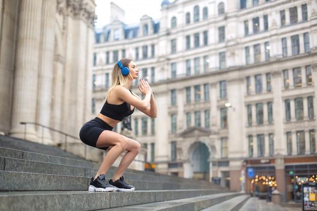 Sportieve vrouw training in de straat in londen Premium Foto