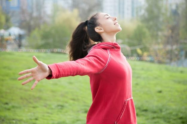 Sportieve vrouw voelt in leven Gratis Foto