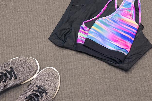 Sportkleding en sneakers op gymmat. sport, gezondheid, gezond levensstijlthema. afgezwakt. Premium Foto