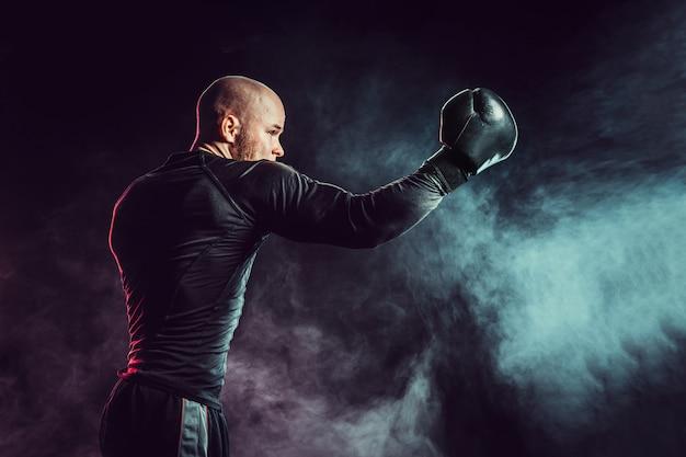 Sportman bokser vechten met rook Premium Foto