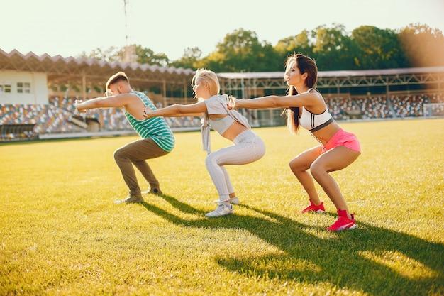 Sportmensen trainen in het stadion Gratis Foto