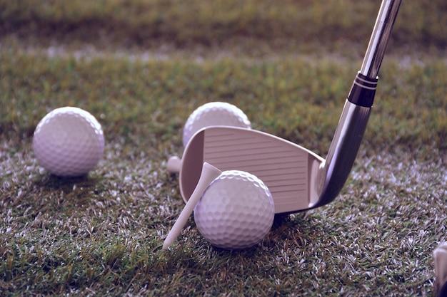 Sportobjecten gerelateerd aan golf zoals handschoenen, ballen etc. Premium Foto