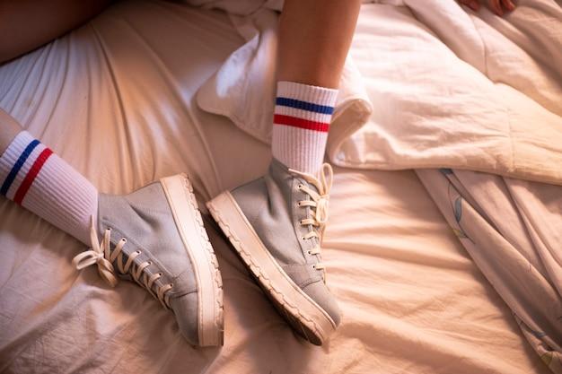 Sportschoenen met lichtblauw platform op het bed met sportsokken Premium Foto