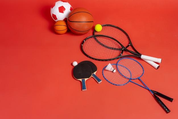 Sportuitrusting plat lag. verscheidenheid aan rackets en ballen Premium Foto