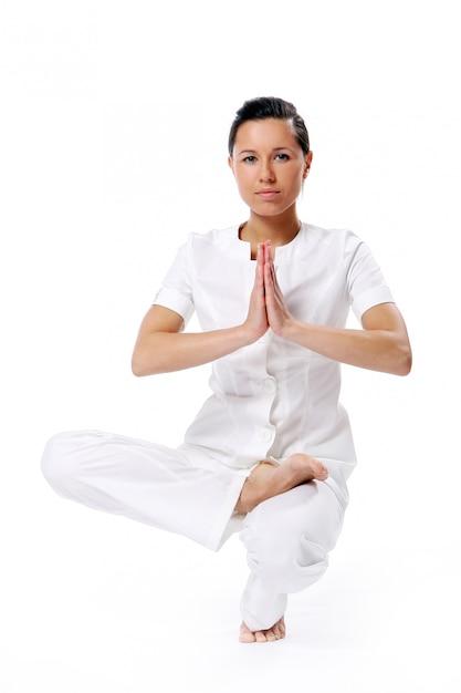 Sportvrouw die yogaoefening doen Gratis Foto