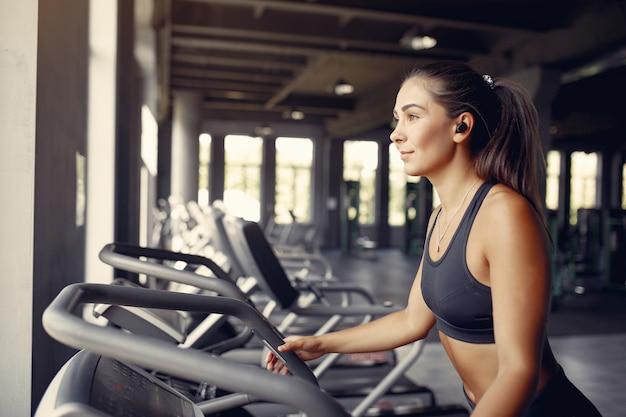 Sportvrouw in een sportkleding training in een sportschool Gratis Foto