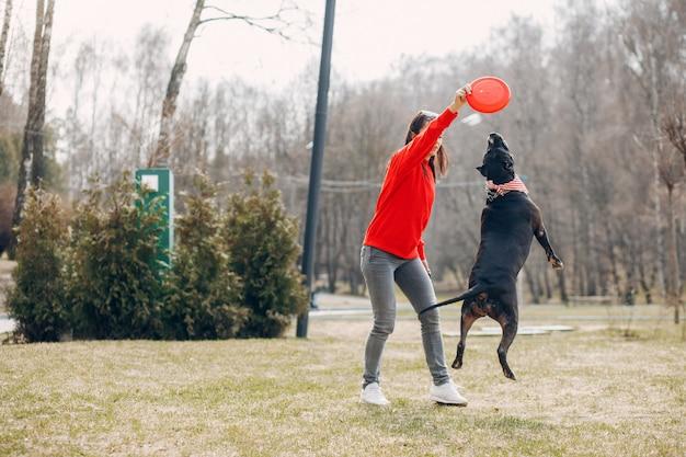 Sportvrouw in het park Gratis Foto