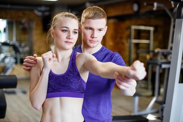 Sportvrouwentreinen die met bus in de gymnastiek in dozen doen Premium Foto
