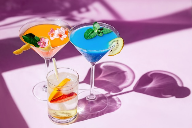 Sprankelende glazen water of cocktails Premium Foto