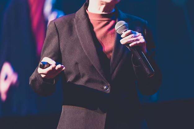 Spreker die een bespreking in conferentiezaal bij bedrijfsgebeurtenis geeft. publiek in de conferentiezaal. Premium Foto