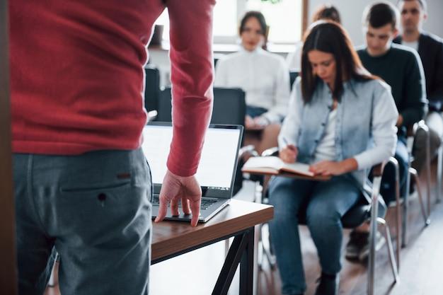 Spreker maakt gebruik van laptop. groep mensen op handelsconferentie in moderne klas overdag Gratis Foto