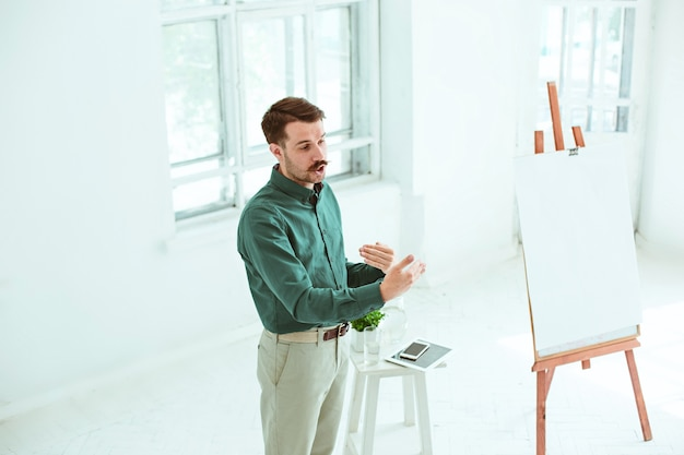 Spreker op zakelijke bijeenkomst in de conferentiezaal. bedrijfs- en ondernemerschap concept. Gratis Foto