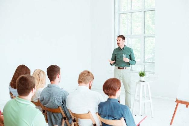 Spreker op zakelijke bijeenkomst in de conferentiezaal. Gratis Foto