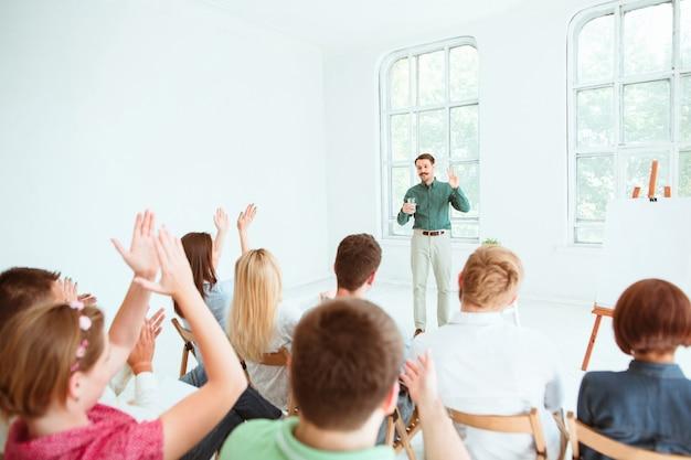 Spreker op zakelijke bijeenkomst in de vergaderzaal. Gratis Foto