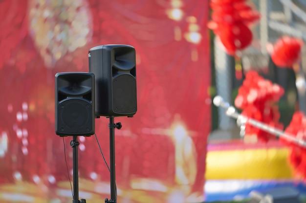 Sprekers en sta voor het podium Premium Foto