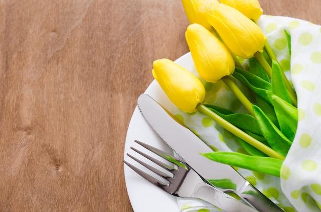Spring table setting voor pasen of moederdag Premium Foto