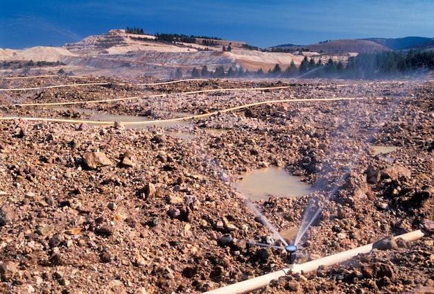 Sprinklers bevochtigen uitgegraven land Premium Foto