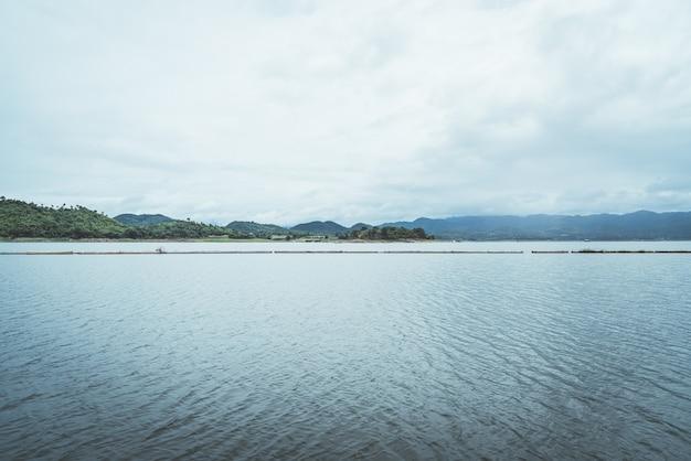 Srinagarind dam met bewolkte hemel in kanchanaburi Premium Foto