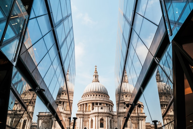 St. paul's cathedral-kerk weerspiegeld in glazen wanden van one new change in londen. Premium Foto