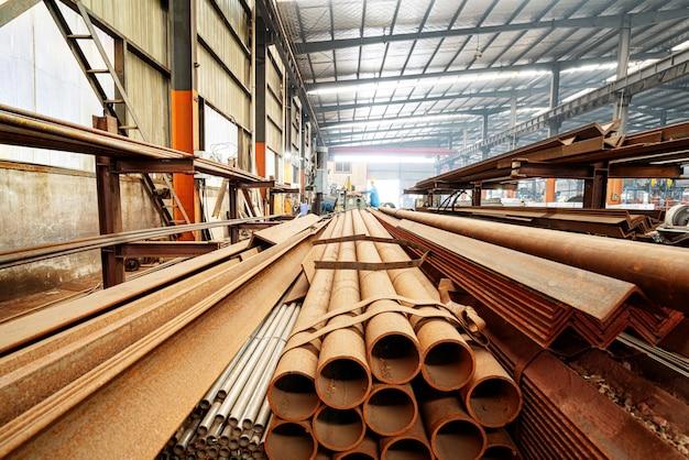 Staalfabriek gestapeld staal Premium Foto