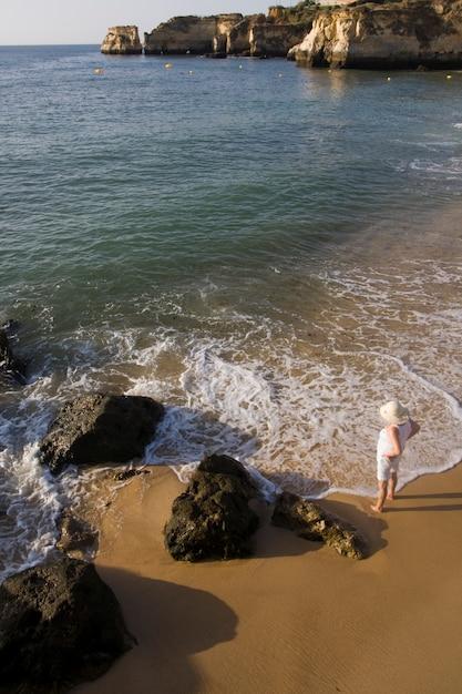Staand op de kustlijn Premium Foto
