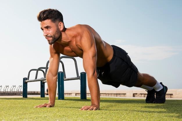 Staande positie klaar voor pushups oefening Gratis Foto