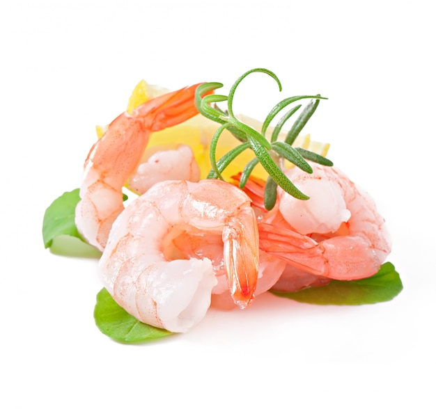 Staart twee van garnalen met verse citroen en rozemarijn op het wit Gratis Foto
