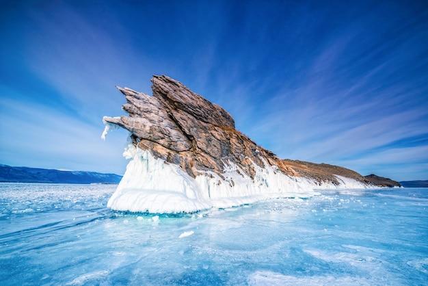 Staart van ogoi-eiland met natuurlijk brekend ijs in bevroren water bij meer baikal, siberië, rusland. Premium Foto