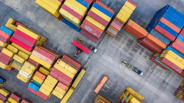 Stackers van bovenaanzicht verplaatsen containers bij een vrachtterminal, industriële containerterminal en opslagcontainers. Premium Foto
