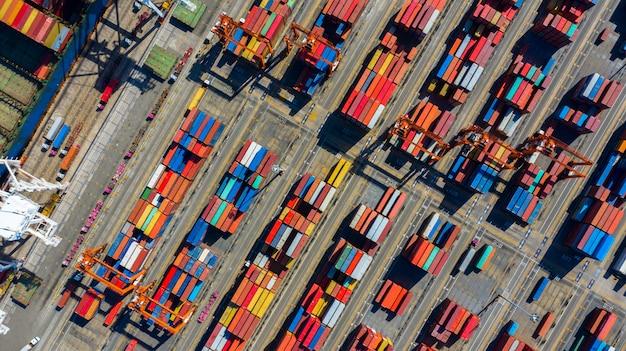 Stackers van bovenaanzicht verplaatsen containers op een vrachtterminal Premium Foto