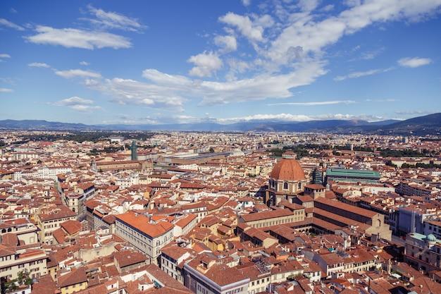 Stadsgezicht in san lorenzo, italië met veel gebouwen en een kapel Gratis Foto