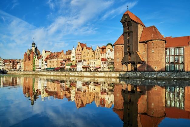 Stadsgezicht van gdansk met reflectie in kanaal Premium Foto