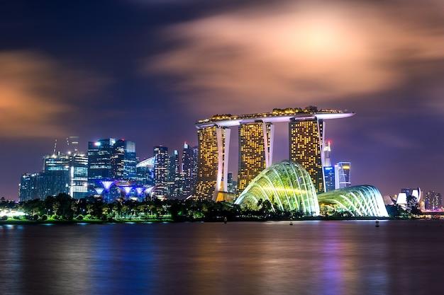Stadsgezicht van singapore 's nachts. Gratis Foto