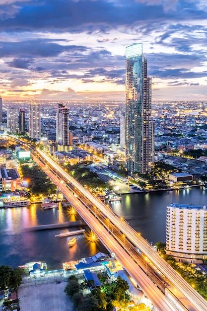 Stadsgezicht weergave en gebouw bij avondschemering in bangkok, thailand Gratis Foto