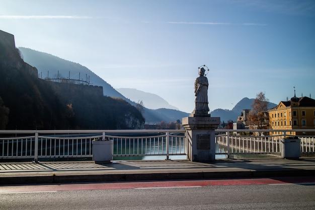 Stadsgezicht weergave van historische bezienswaardigheden in kufstein monument op de brug johannes nepomuk op een achtergrond van berglandschap, oostenrijk. Premium Foto