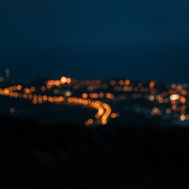 Stadslichten in de avond vertroebelende achtergrond Gratis Foto