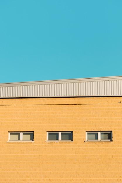 Stadsmuur met ramen Gratis Foto